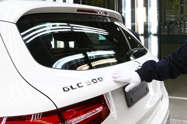 Mercedes zapošljava više ljudi na proizvodnim linijama, umesto robota