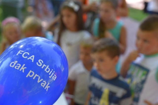 Kompanija FCA Srbija dodelila poklone đacima prvacima, deci zaposlenih