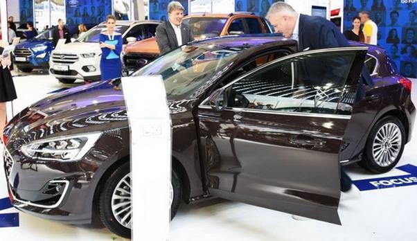 Predrag Danilović i članovi uprave KSS na Fordovom štandu na Salonu automobila u Beogradu